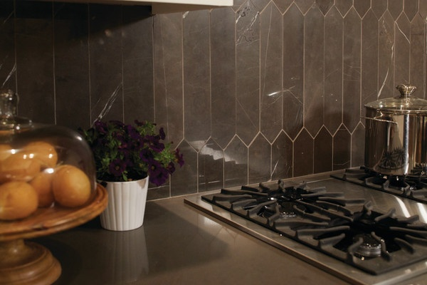 picket shaped marble tile on the backsplash